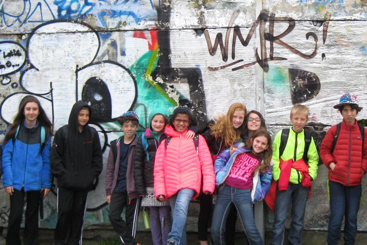 Students pose in front of die Berliner Mauer on the annual G5 German Track cultural immersion journey to Berlin.