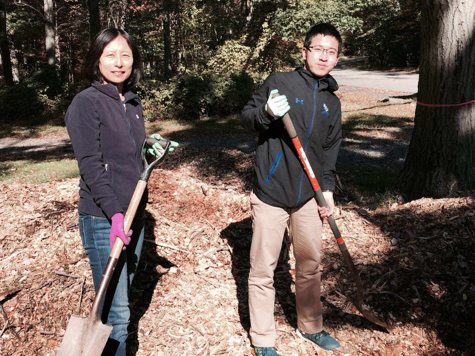 International student parent Lisa Zhang (mother of Yongjia Hou, not pictured) and junior Yuheng Chen take a break from work on a school service trip.