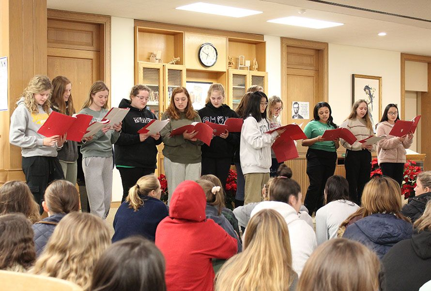 Last Friday, the community gathered for an evening of holiday preparations. The event got off to a harmonious start with a carol sung by Chorale.