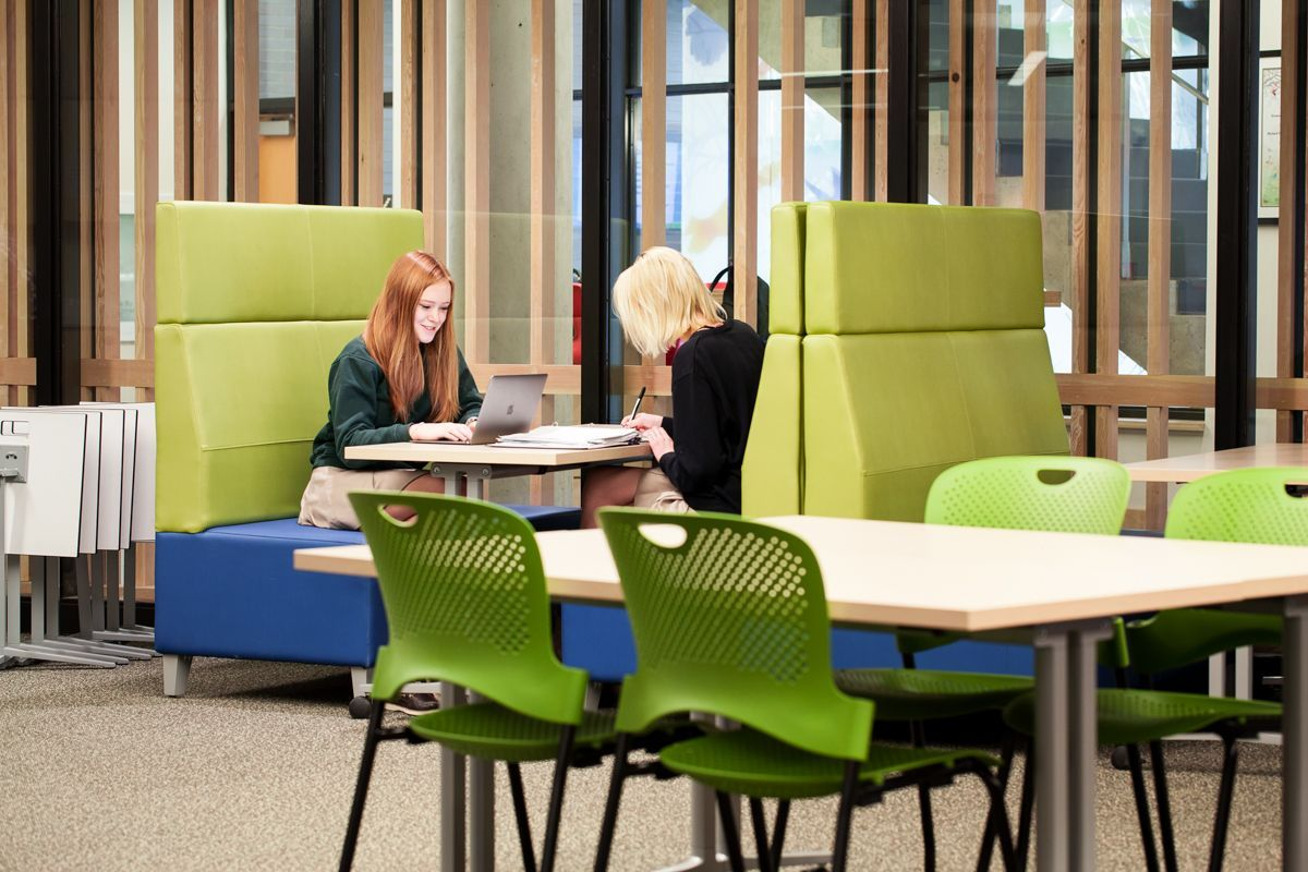 Modelled on facilities found on university campuses, the Learning Commons offers a variety of work areas to suit every student, including collaborative study rooms, independent work areas and soft seating.