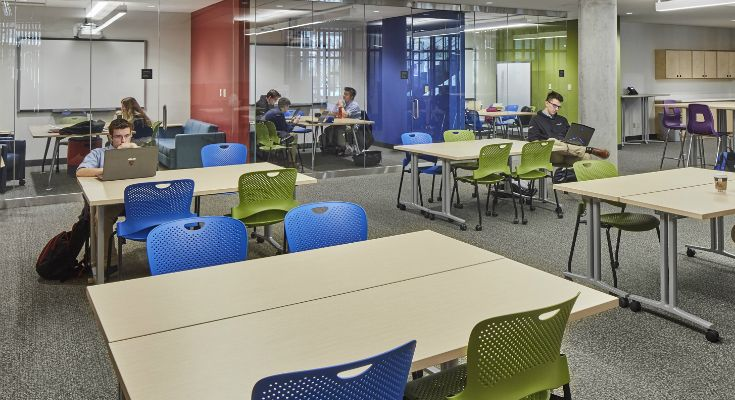 Modelled on facilities found on university campuses, the Learning Commons offers a variety of work areas including collaborative study rooms, independent work areas and soft seating.