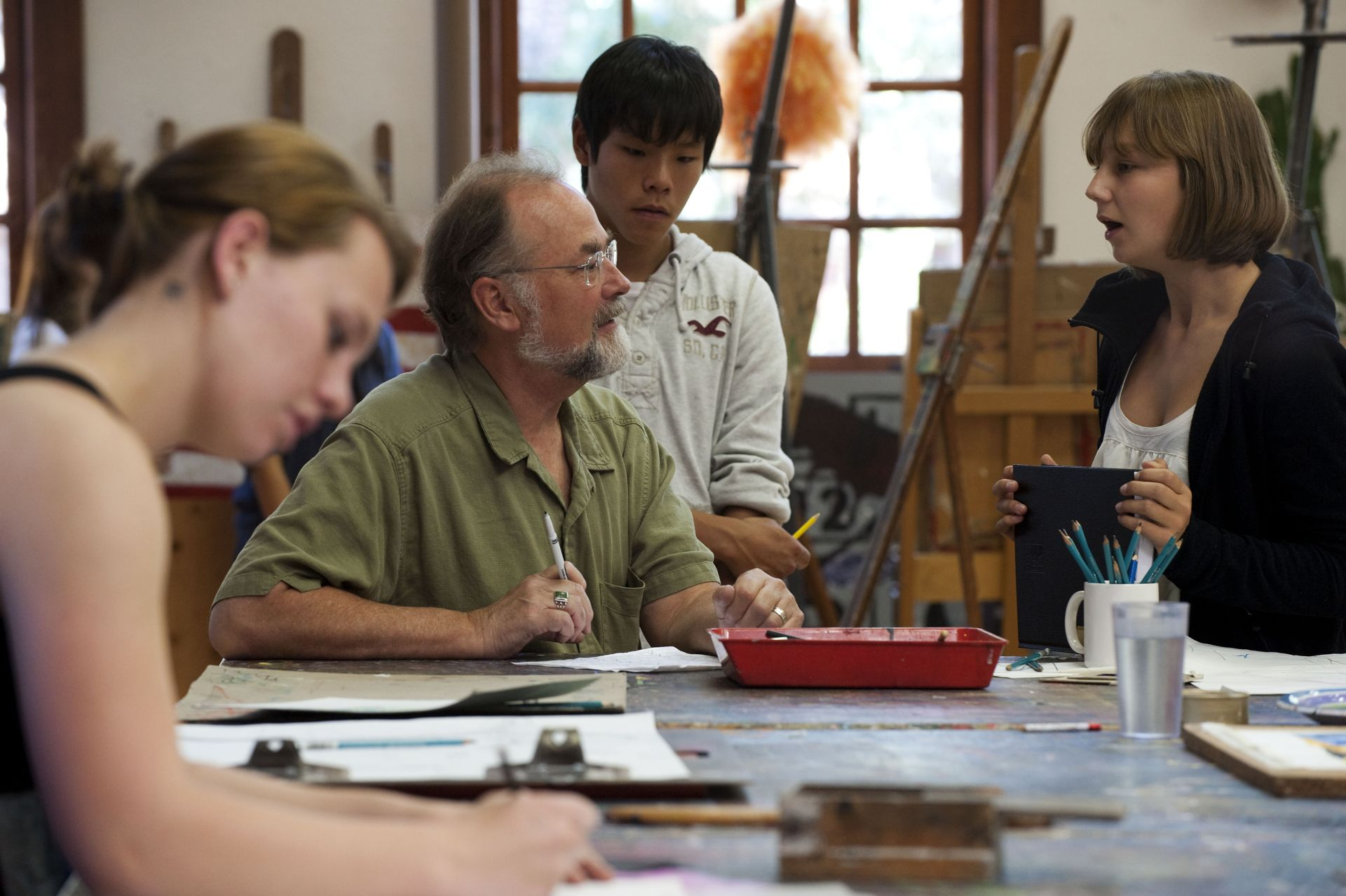 Artist-in-Residence Jeff Brown works with students.