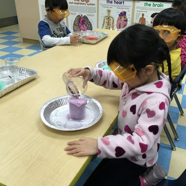 Montessori Preschoolers Conduct Experiment in RHMS Science Lab