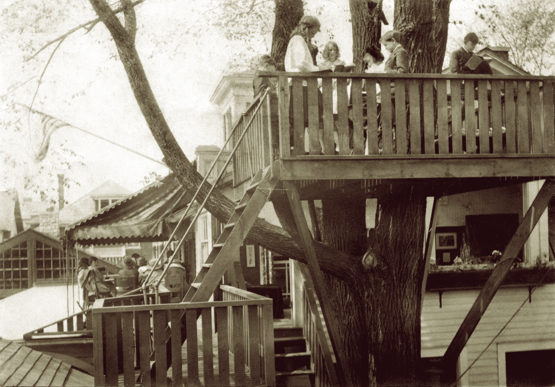 The one-and-a-half acre Jewett Parkway campus featured a tree house that was used as an outdoor classroom. (c. 1913)