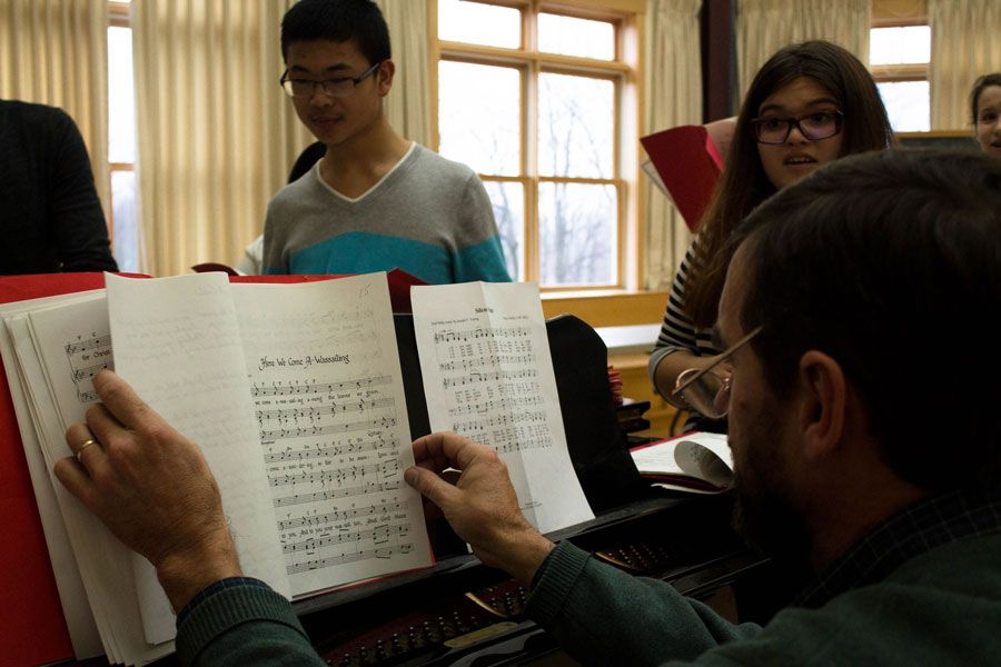 Chorus instructor Walter Manny leads Eric Xu '19, Lily Doyle '16, and others in festive carols during one of our special winter classes.