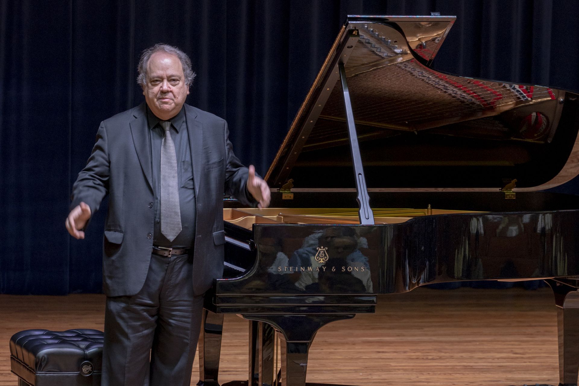 Internationally-renowned pianist Jeffrey Swann '69 gives a performance.
