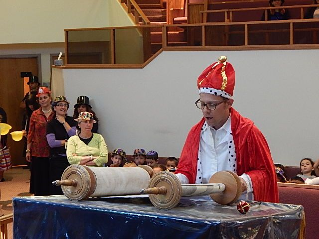 The melech (king) reads from the Torah at our Hakhel celebration.