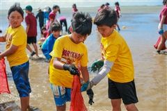 Students at Kuliouou Beach Park