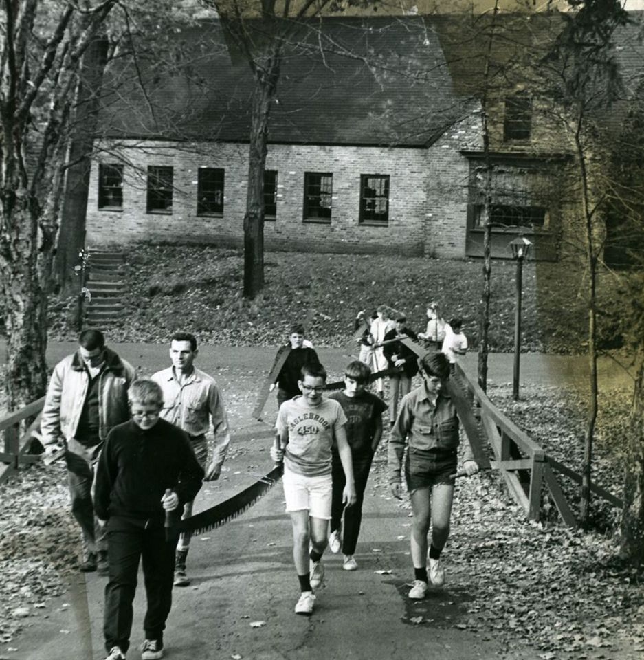 Students walking from Doubleday, the Eaglebrook press building.