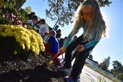 Students plant daffodils to honor Shore parents who passed away.