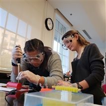 Olivia Harley '19, left, and Phoebe Ford '19 conduct biology lab work. Girls' schools graduates are more likely than their coed peers to see themselves as future scientists.
