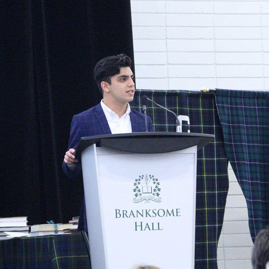 来自里德利学院班级的Asmatullah Asmat Azizi阿拉伯是绿地毯Asmat的特邀演讲者,他生于阿富汗,讲述了他从加利福尼亚到加拿大寻找难民身份的激动人心的独行旅程。