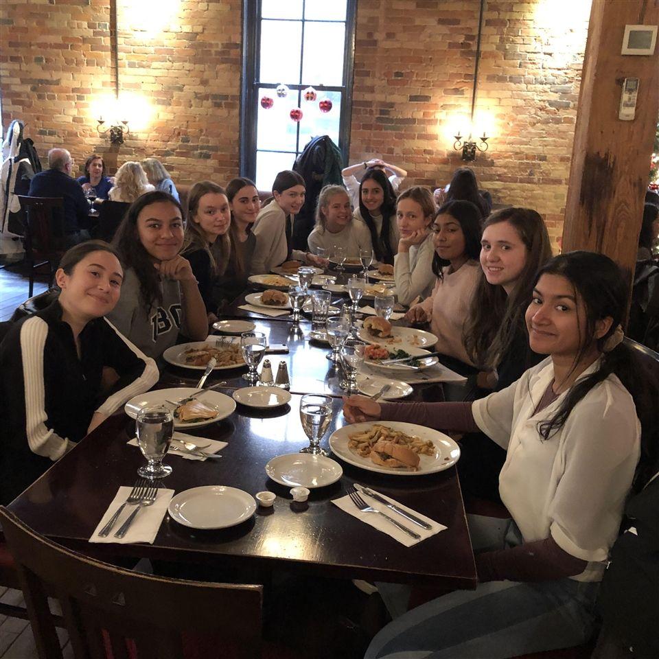 法国短途旅行参加者在Le Papillon午餐
