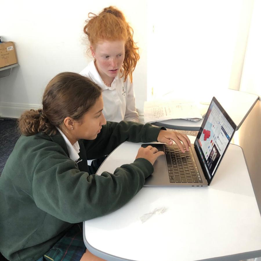 学生在Tinkercad研究他们的D模型