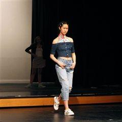 学生设计和建模自己的服装