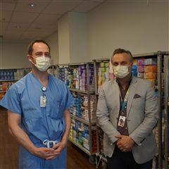 迈克尔·加伦医院的一线医护人员对收集的设备进行采样
